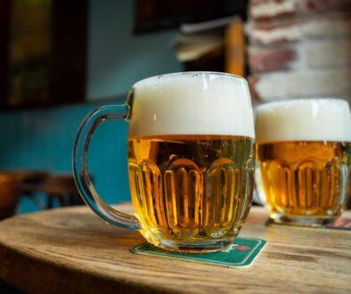 pivo ve sklenicích